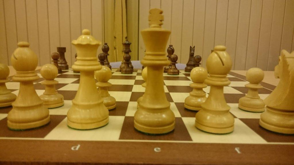 Sjakkbrett med brikker